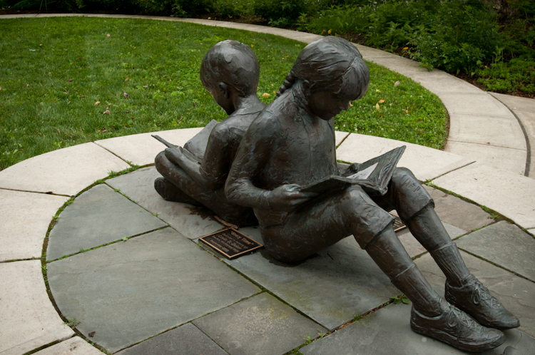 Statue of children reading